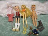 lot= poupées    et accessoires divers  vétements  ,chaussures etc.....