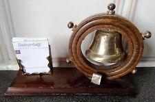 Lindo Pequeño campana de latón con volante de Madera & calendario Clip. Raro Coleccionable