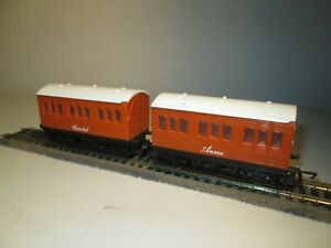 HORNBY RAILWAYS OO GAUGE ' ANNIE & CLARABEL ' COACHES   THOMAS & FRIENDS