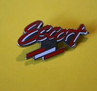 Pin's lapel pin pins Car Voiture Logo FORD ESCORT Base argenté ZAMAC