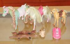 Mattel 2 Barbie Pferde und 1 Pony, zusätzliche Sättel