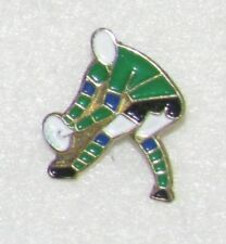 D24 PIN BADGE RUGBY CLUB SPORT PLAYER GREEN  FOOT   free ship on all add pins