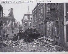 1997  --  SOLDATS DANS LES RUINES DE BRETTEVILLE L ORGUEILLEUSE LE 8 JUIN 1944