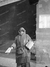 negativ-Berlin-um 1930-Zeitungsverkäuferin-verlag-gebäude-T17-1
