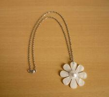 Lange zilverkleurige ketting met grote witte parelmoeren bloem hanger met parel