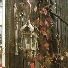 Eine nostalgische Lampe als faszinierendes Windlicht zur Beleuchtung der Haustür
