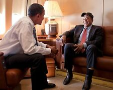 BARACK OBAMA TALKS WITH WILLIE MAYS ABOARD AIR FORCE ONE - 8X10 PHOTO (ZZ-815)