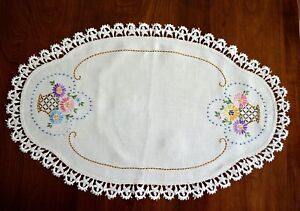 VINTAGE 1930s RUNNER DOILY HAND EMBROIDERED FLORAL BASKETS LACE EDGING