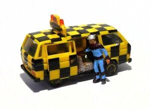 H0  1:87 Modell - Umbau / Gesupert - VW T3 - Follow Me Figur Schiebetür offen