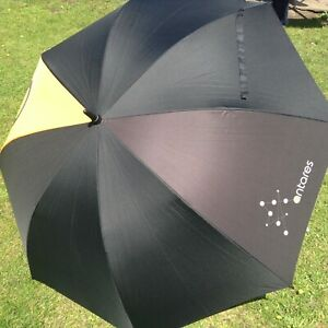Classic golf umbrella with a metal shaft and wooden handle and is available in B