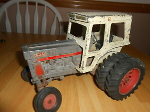 Vtg INTERNATIONAL HARVES TOY TRACTOR**1:32 Scale**IRON CAB & BODY**Partial Wheel
