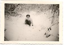 Enfant dans les bois neige hiver - photo ancienne an. 1960