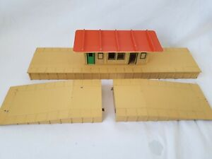 HORNBY DUBLO DA465 METAL ISLAND PLATFORM AND WATING ROOM WITH RAMPS GOOD UNBOXED
