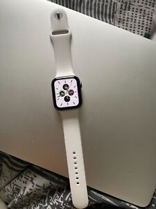 Apple Watch 4 44 space grey with white band