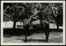 Original Foto II. WK Soldat i. Uniform m. Bajonett a. schwarzem Pferd SUPER FOTO