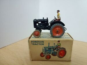 """P195-BRITAINS LILLIPUT WORLD No.LV/604 FORDSON TRACTOR AND BOX.""""00 & HO"""" GAUGE"""