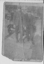 altes s/w Foto zwei Männer vor altem Auto Oldtimer Kennzeichen Frankreich