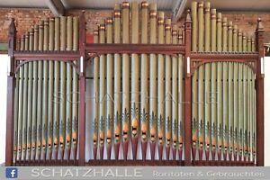 Kirchenorgel Portal Prospektwand mit Orgelpfeifen