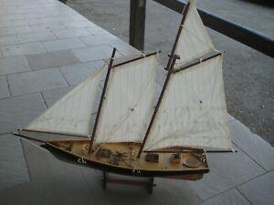 Großes Schiffsmodell, Segelschiff aus Holz mit Leinensegel