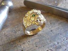Bague or tête de lion avec yeux émeraude