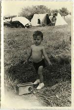 PHOTO ANCIENNE - VINTAGE SNAPSHOT - ENFANT CAMPING RADIO TRANSISTOR DRÔLE -CHILD