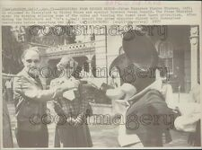 1977 Press Photo Canada PM Pierre Trudeau With Mickey Mouse at Disneyland