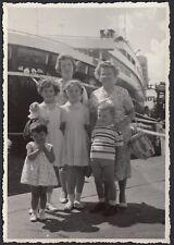 YZ0324 Genova - In posa davanti una nave - Fotografia d'epoca - 1960 old photo