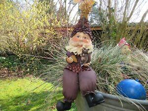 Gartenzwerg sitzend 45cm lang mit Eichhörnchen und Tannenzapfen große Ausführung