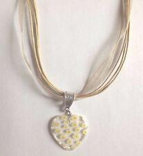 collier organza beige avec pendentif coeur fleurs 27x25 mm
