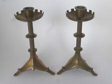 Paire de bougeoirs tripodes style néo-gothique en laiton