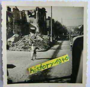 Foto mit Jude - Jüdische Volkstypin im zerbombten Russland.