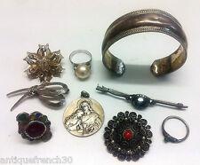 Lot d'anciens bijoux en argent massif, médaille, broches, bagues