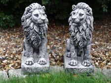 Steinfigur Tierfigur Löwenpaar links und rechts schauend schwarz patiniert