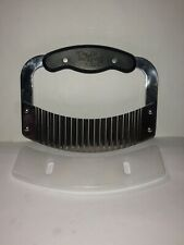 The Pampered Chef Crinkle Cutter Garnisher  #1063 With Guard Cover