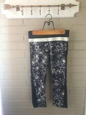 Lululemon Black/White Floral, Flowabunga Luxtreme Up The Pace Crops Crops Size 4