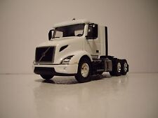 FIRST GEAR 1/50 WHITE VOLVO VNR 300 DAY CAB