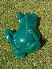 GRENOUILLE statue en fonte patiné verte d une grenouille coucher .