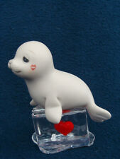 Precious Moments Fun Club - Seal-ed With A Kiss - 2002 Symbol of Member - F0004