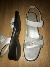 MUNRO 7 N Narrow Silver Pearlized Leather Slingback Scrappy Sandal Comfort! EUC