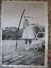 Photographie vintage Bébé et sa poussette Snapshot vers 1935