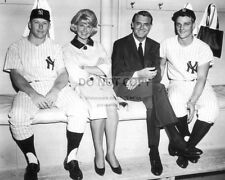 "MICKEY MANTLE, DORIS DAY & CARY GRANT ""THAT TOUCH OF MINK"" - 8X10 PHOTO (DA865)"