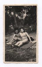 PHOTO ANCIENNE Maillot de bain 2 Femmes allongées Jambes Bain soleil Vers 1950