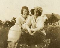 ANTIQUE AMERICAN JUG STONEWARE CROCK GIRL LADIES FRIENDS STUMP COUNTRY OLD PHOTO
