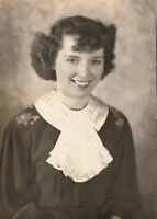 PRETTY WOMAN Vintage FOUND PHOTO Girl bw FREE SHIPPING Original Portrait 810 6 Y