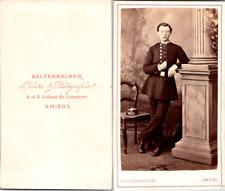 Kaltenbacher, Amiens, Un jeune homme en tenue d'écolier ou étudiant militai