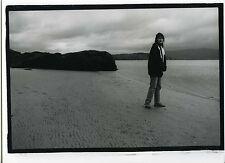 PHOTO noir & blanc PORTRAIT une femme pose au bord de la mer plage marine