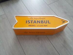 VEUVE CLICQUOT BOITE ORANGE FLECHE ARROW ISTANBUL VOYAGE DIRECTION PANNEAU VIDE