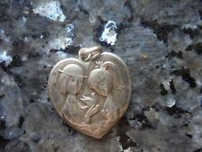 belle  medaille en forme de coeur  des amoureux de peynet en argent.