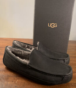 UGG MEN'S ASCOT BLACK LEATHER 1103889 SZ 11 SLIPPERS/ EXCLUSIVE STYLE/ AUTHENTIC
