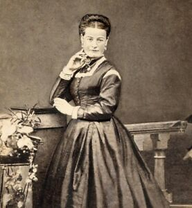 Portrait of a Victorian lady long dress cabinet card photograph antique #38